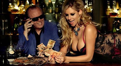 Frau zählt Geld nach gewinnen Novoline online Casino